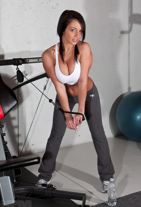 Порно с сексуальной девушкой в фитнес фото 622-953
